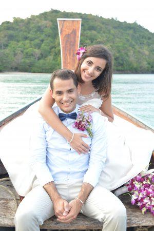 Noivos em barco na tailândia