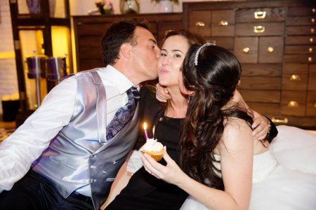 Wedding Planner Bianca Oliveira recebe beijos dos noivos