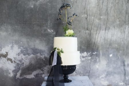 Bolo bakewll com flores e laço