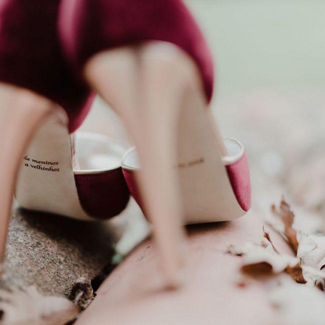 Casamento tons de vermelho sapatos 650x651 - Casamento em tons de vermelho