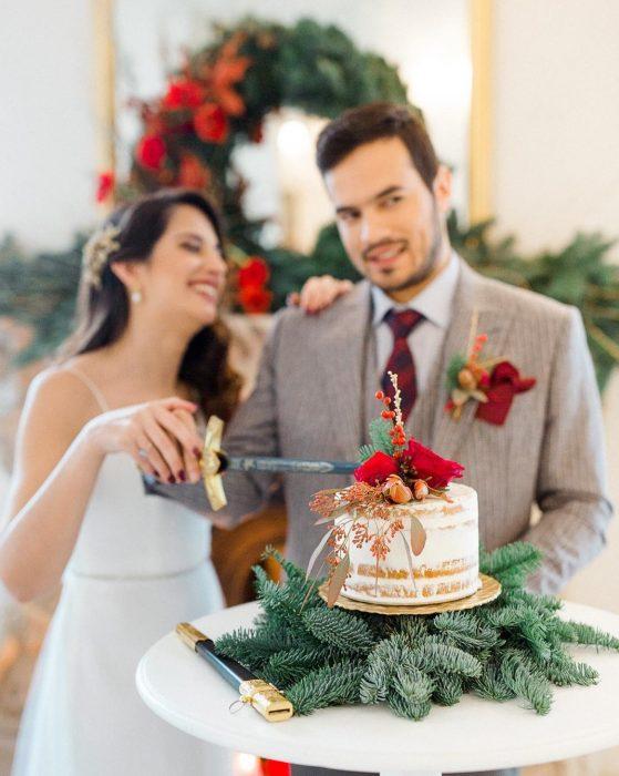 Casamento tons de vermelho bolo 1 559x700 - Casamento em tons de vermelho